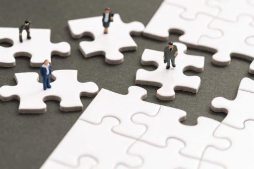 パズルのピースとビジネスマン