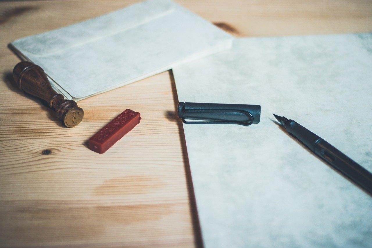 封筒と印鑑とペン