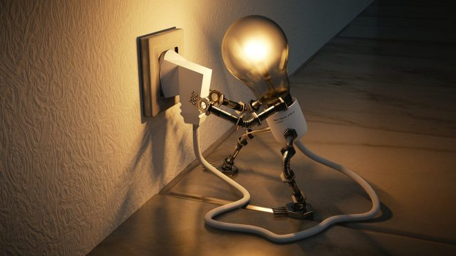 電球のキャラクターがコンセントをさしこむ