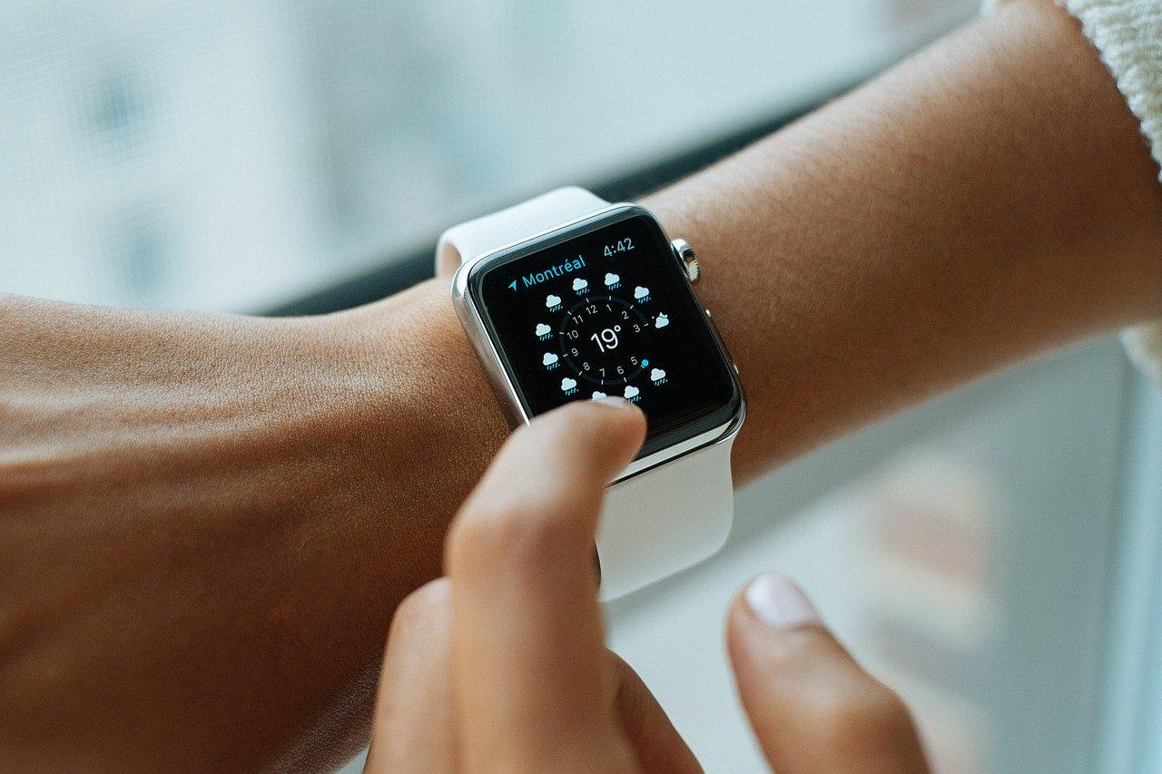 時計をした腕