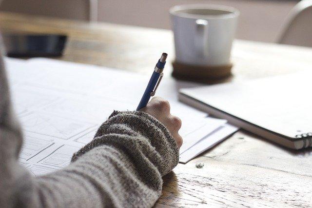 紙に文字を書く人