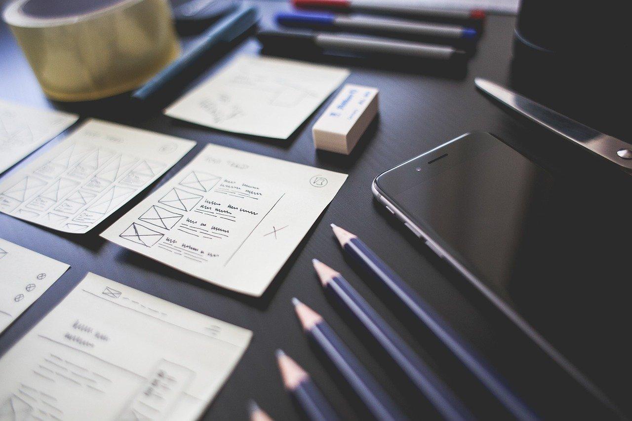 たくさんのメモと鉛筆