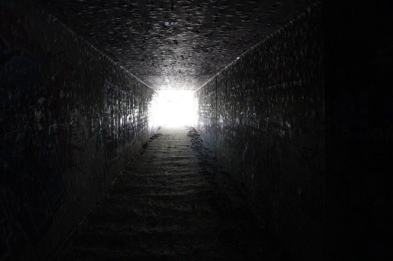狭く暗い通路