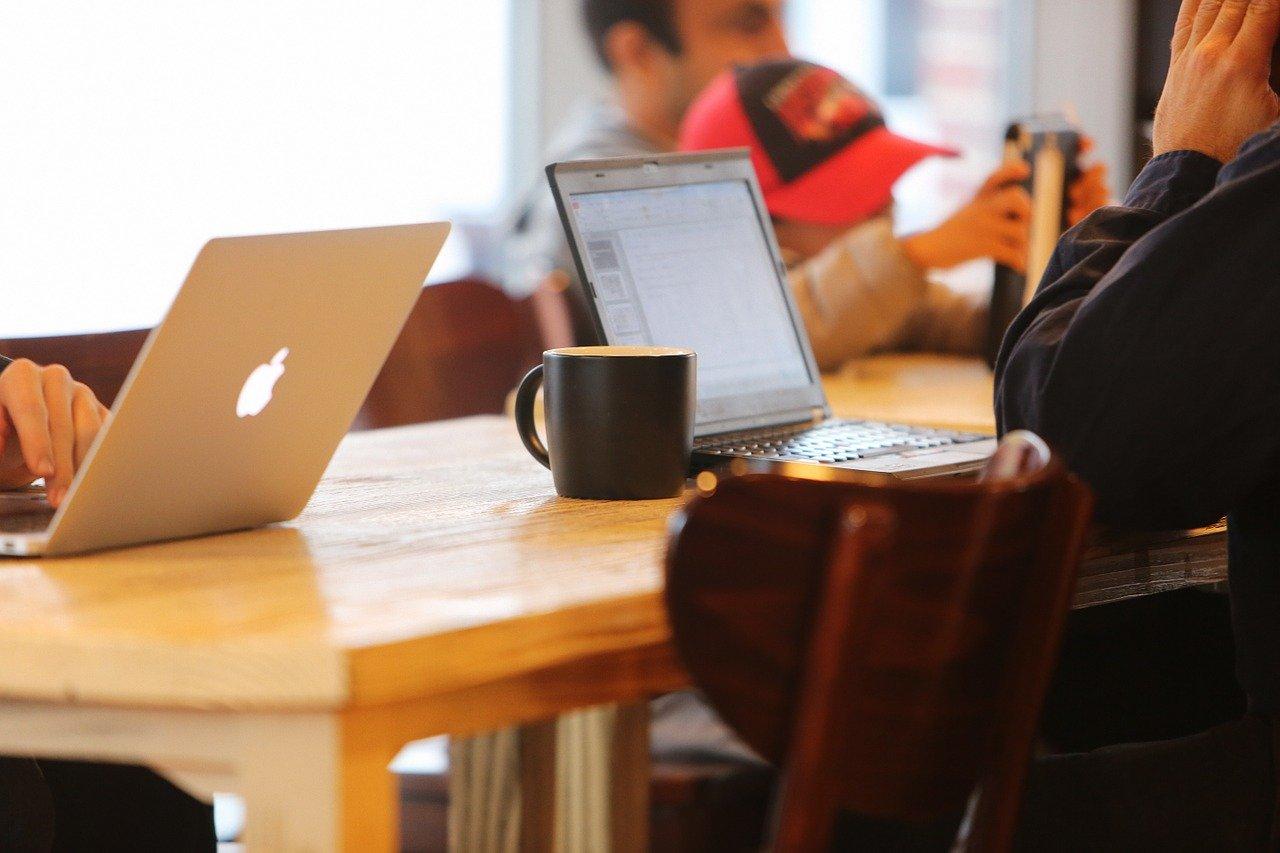カフェでノートPCを開くビジネスマン