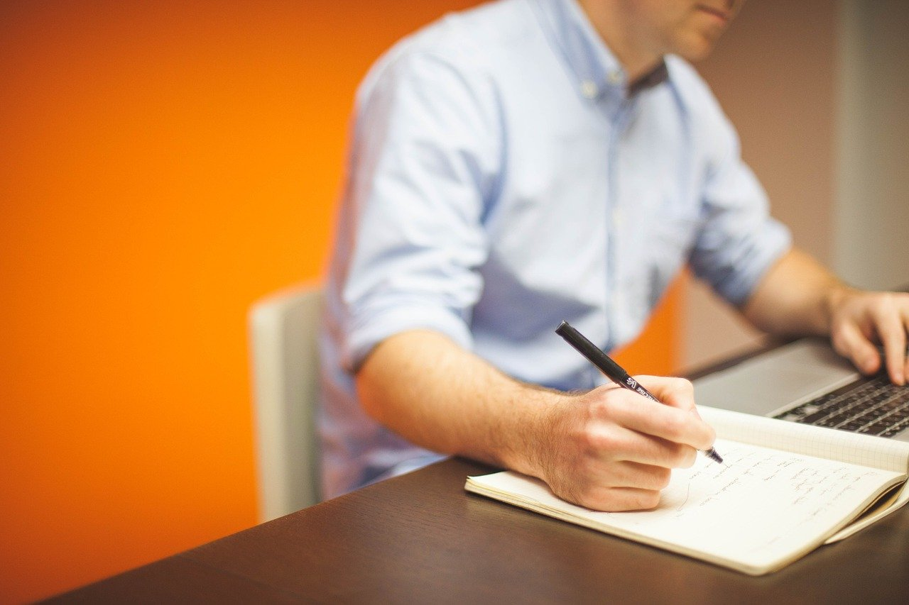 ペンを手に持っているビジネスマン