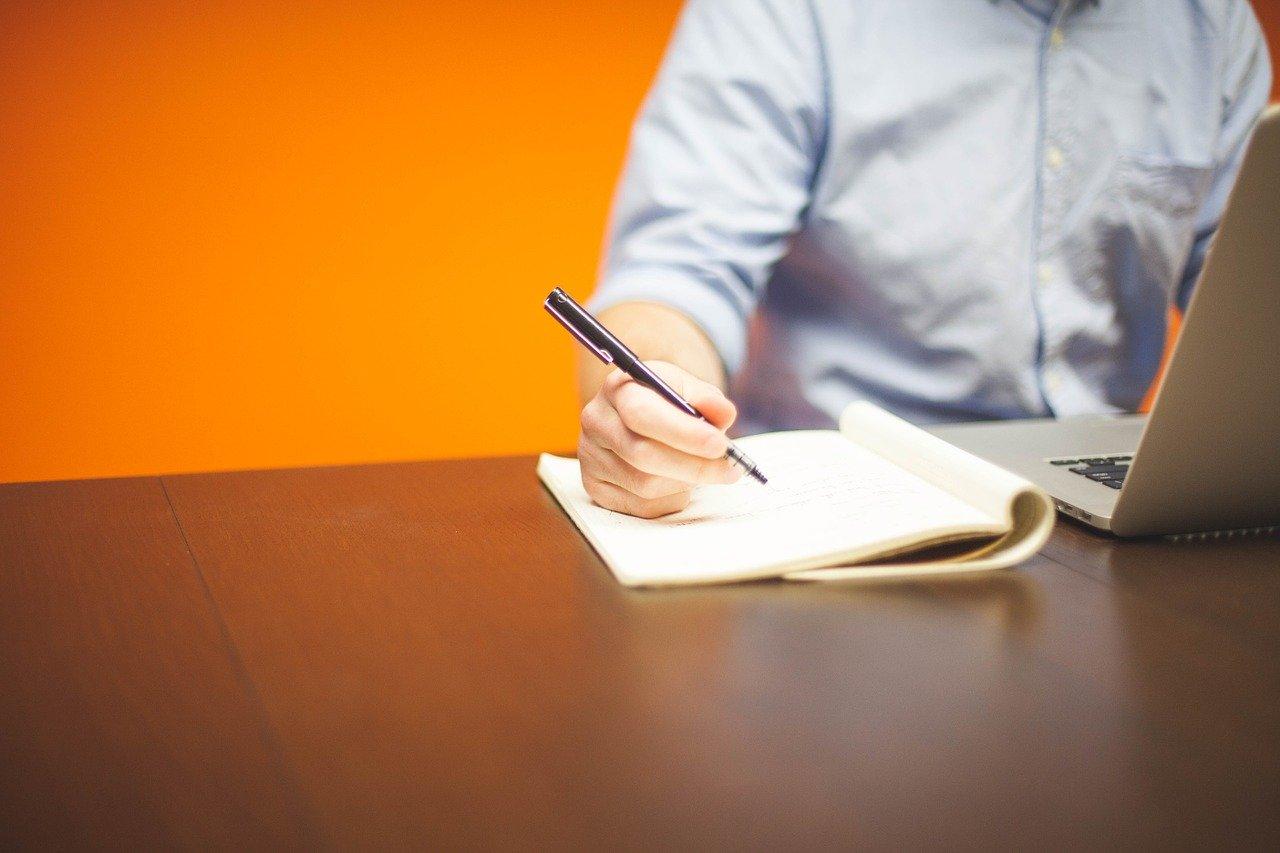 ペンを手にする男性