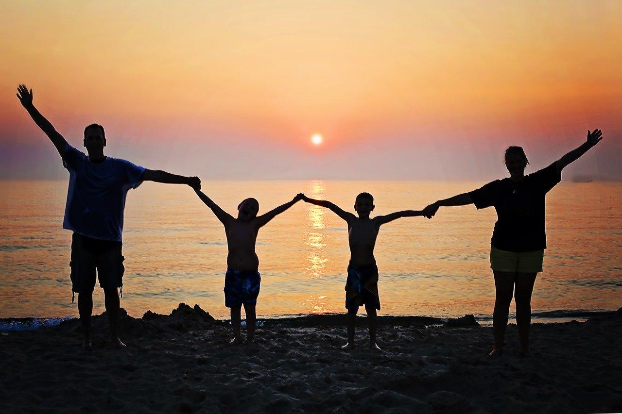 夕日と家族のシルエット