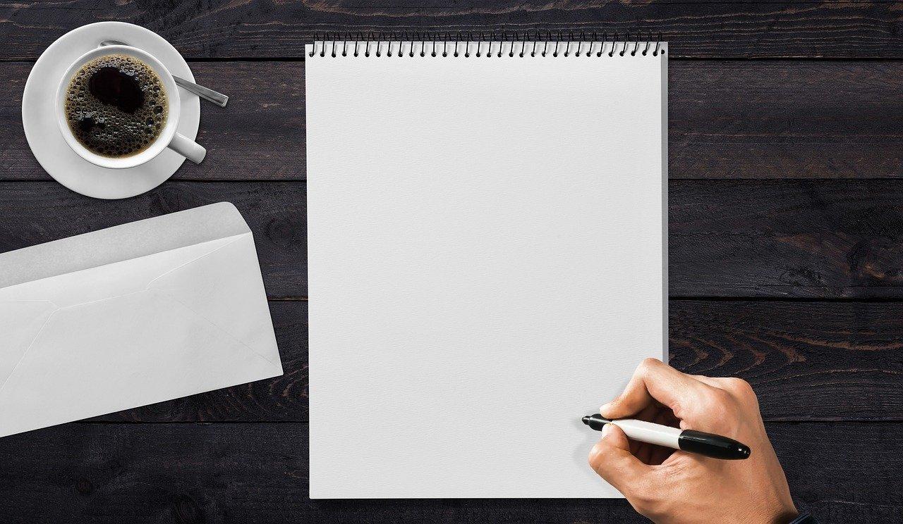 封筒と白いメモ帳