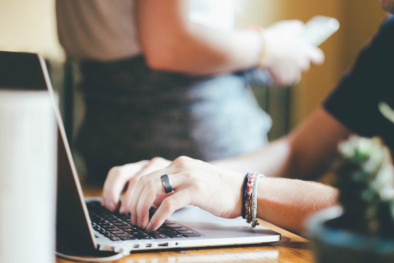 ノートPCで仕事をする女性