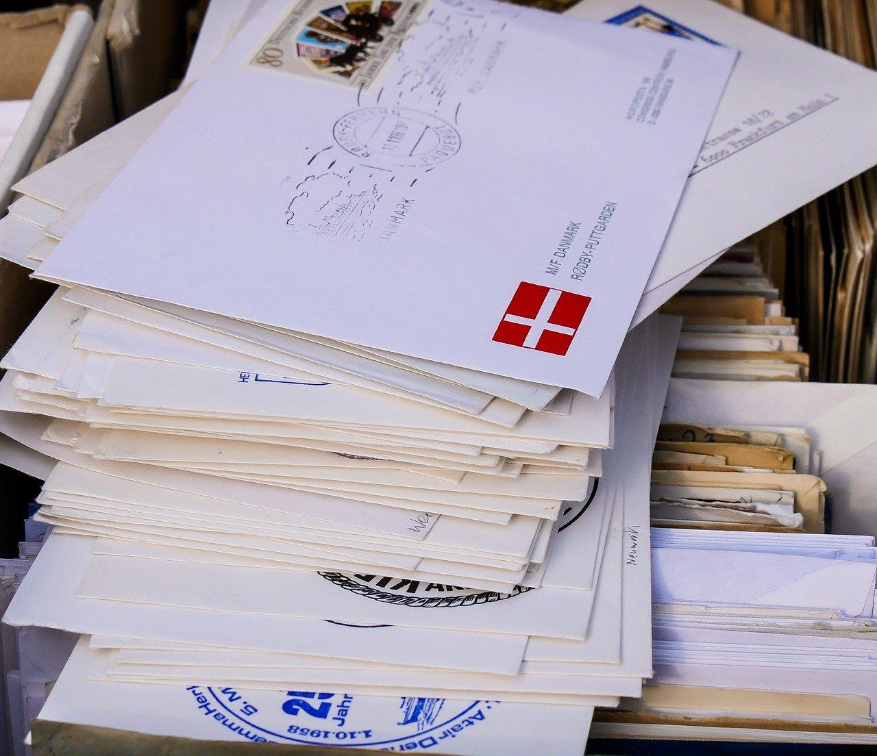 たくさん積み重なった封筒