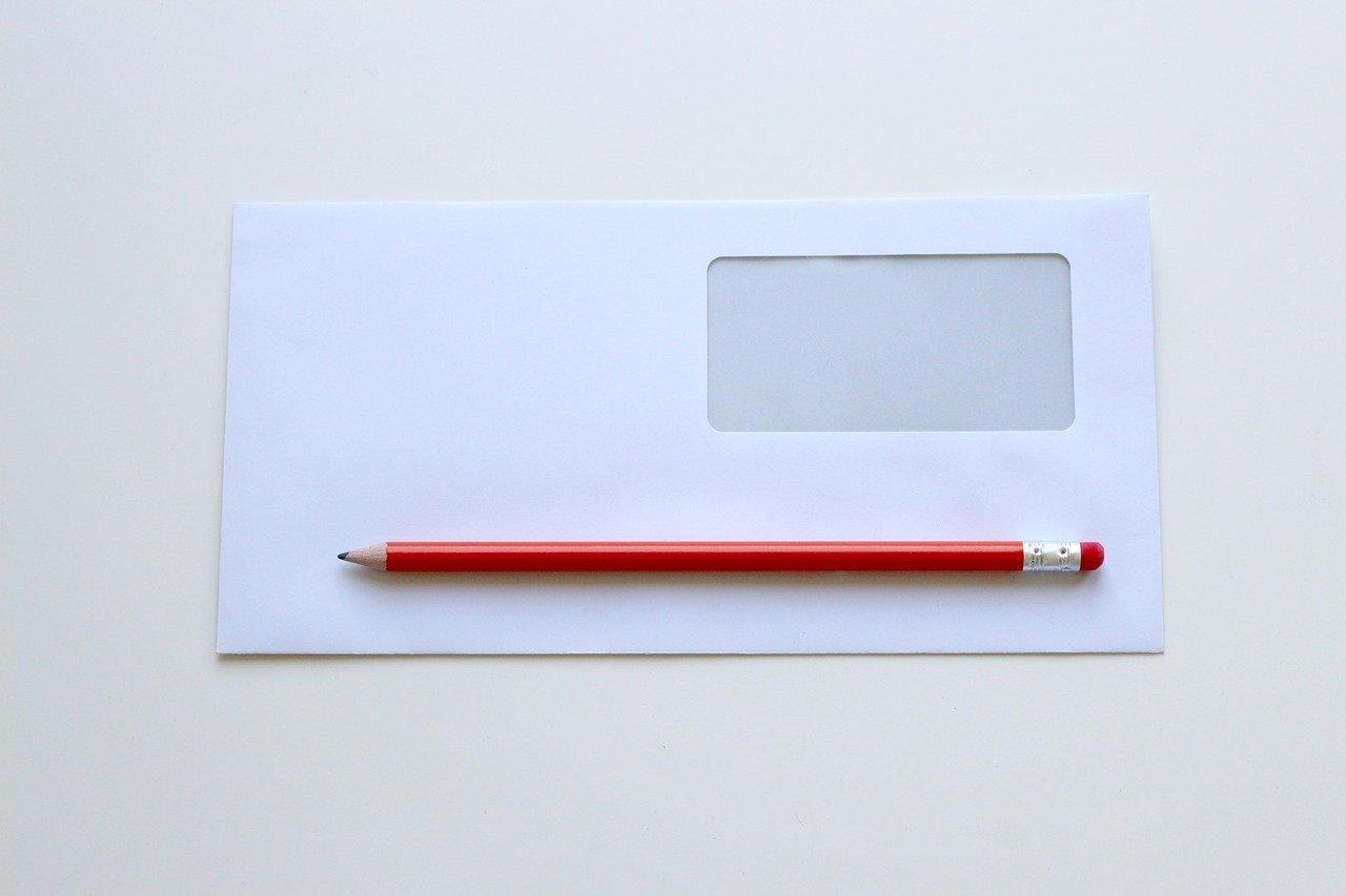 白い封筒と鉛筆