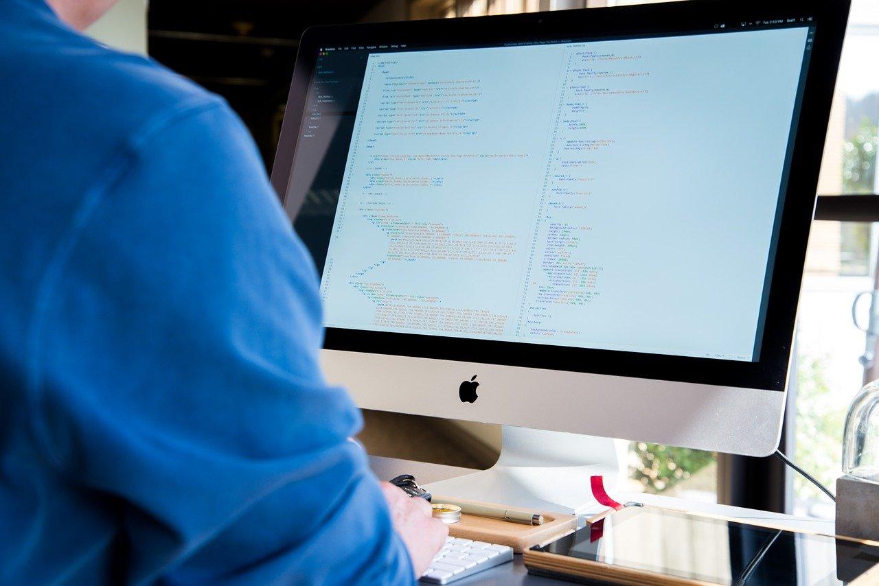 デスクトップPCで作業するビジネスマン