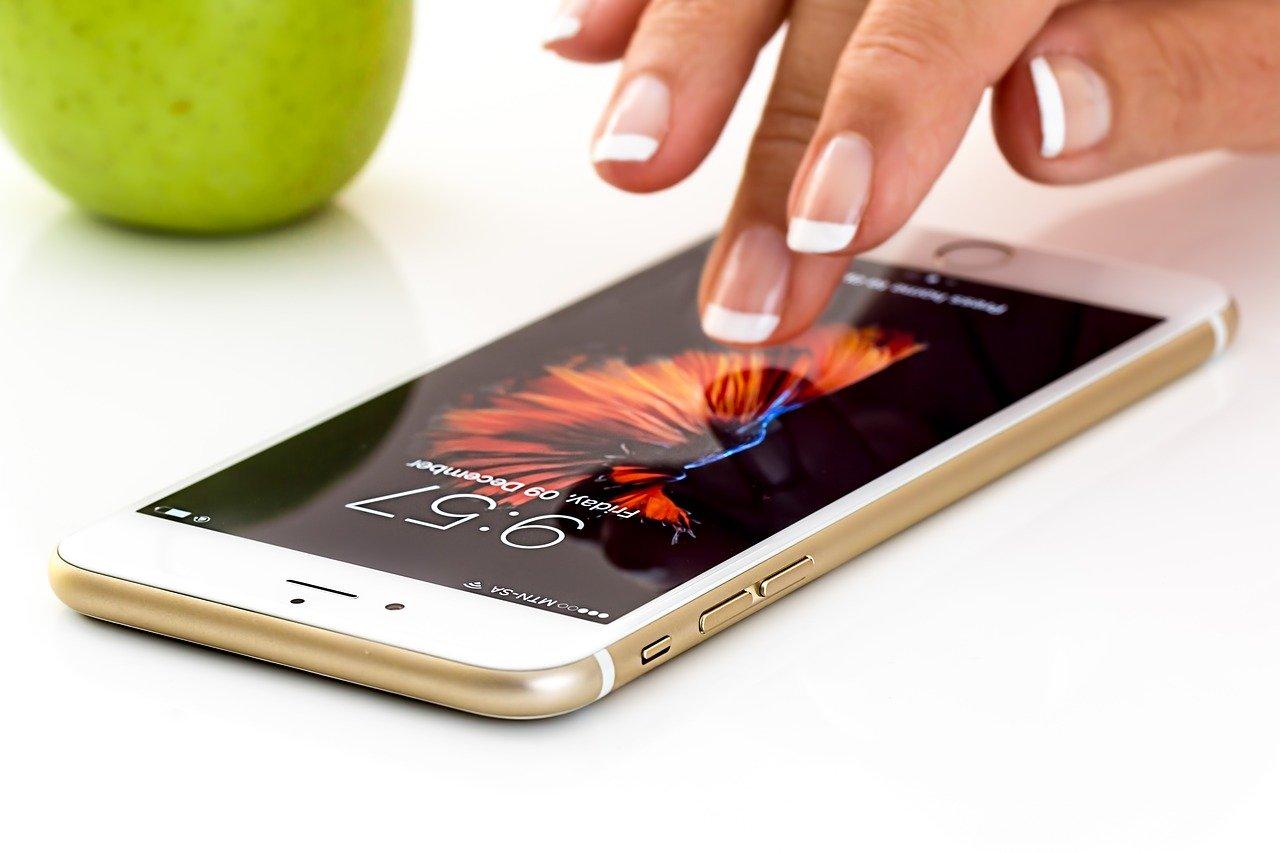 スマートフォンを操作する指先