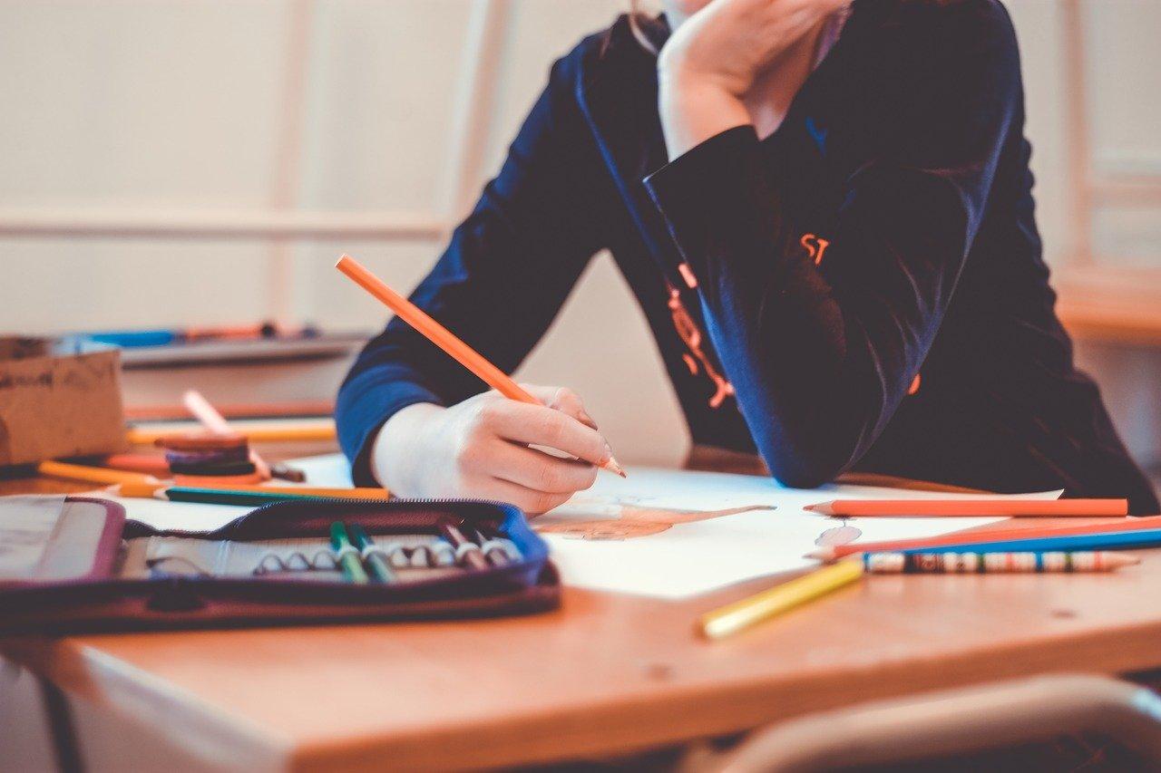 何かを書いている学生