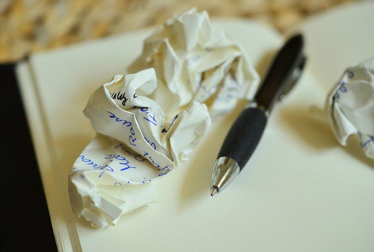 ペンと丸めた紙