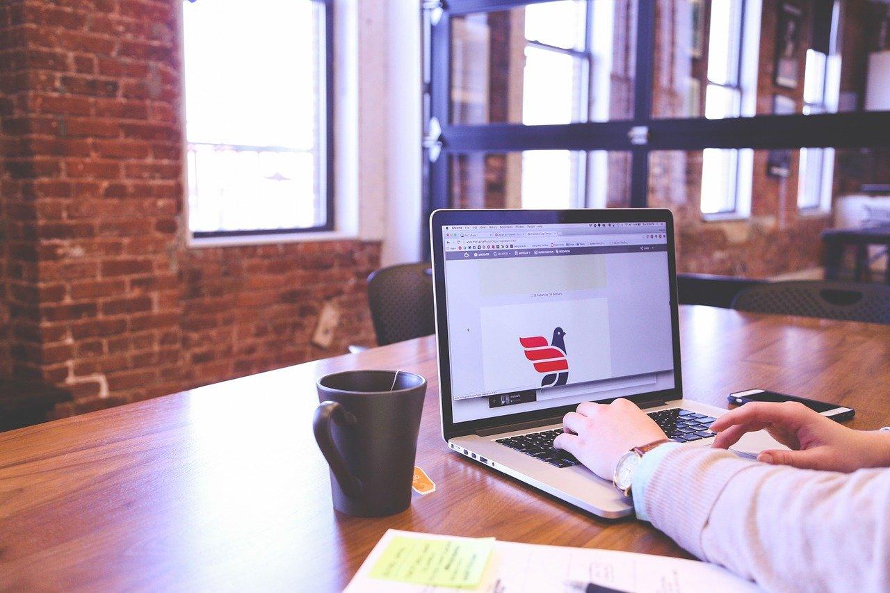 ノートPCで作業するビジネスマン