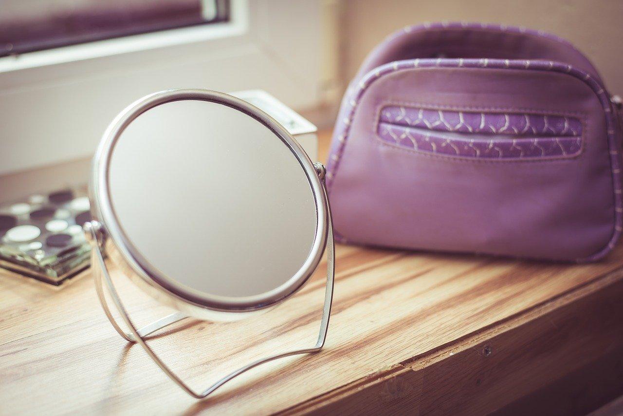 鏡とポーチ