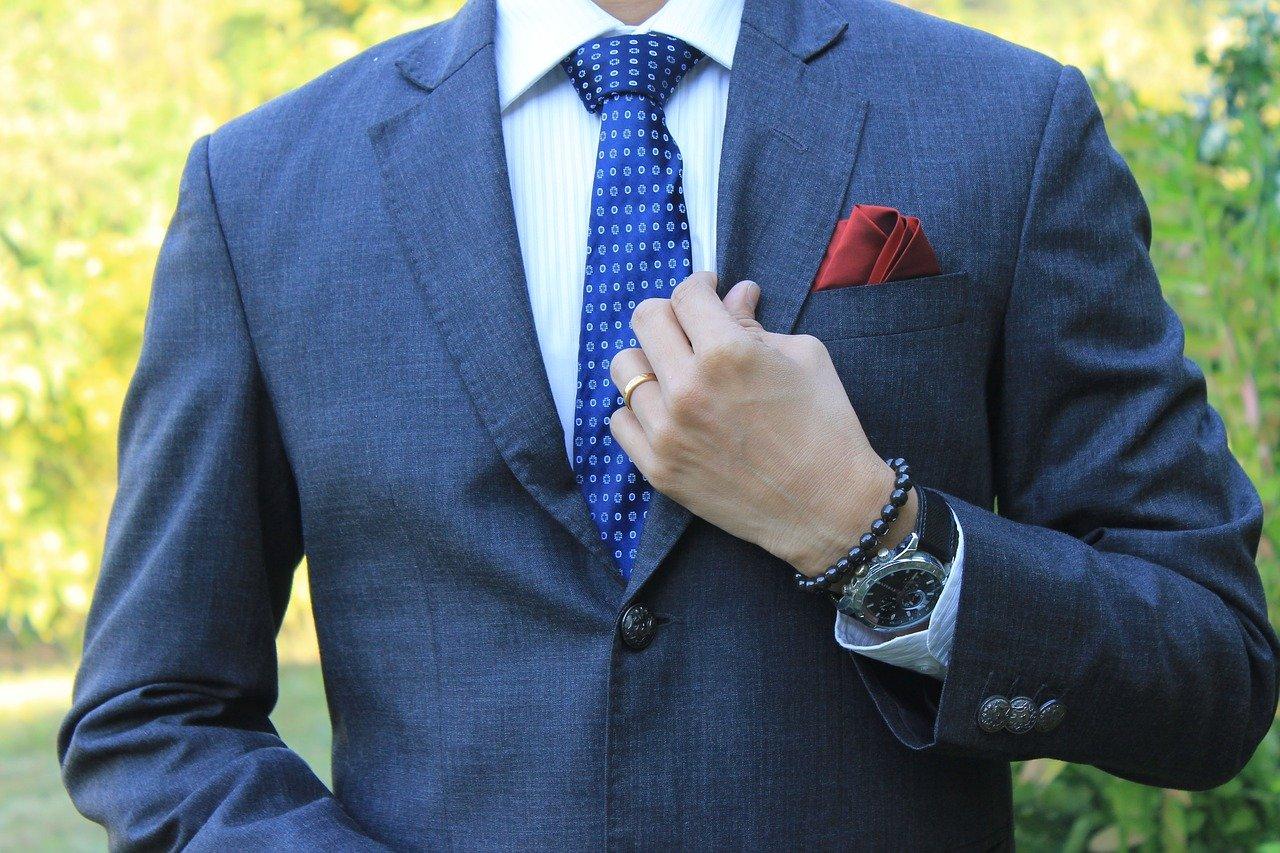 ネイビースーツと青いネクタイの男性