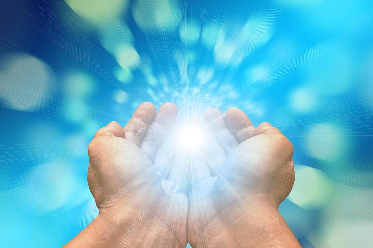 両手から溢れ出す光