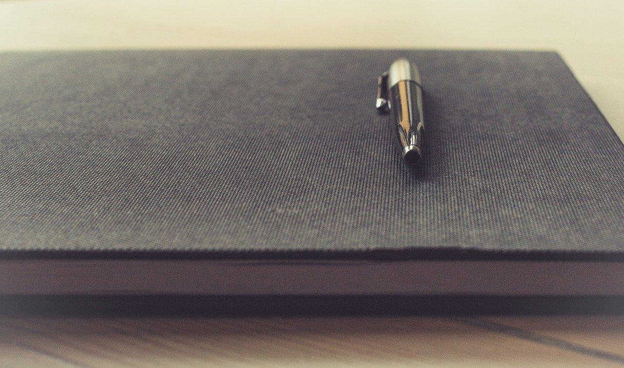 手帳の上に置かれたペン