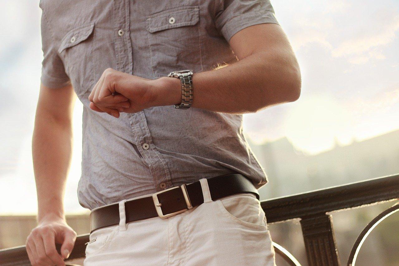 腕時計をつけた男性