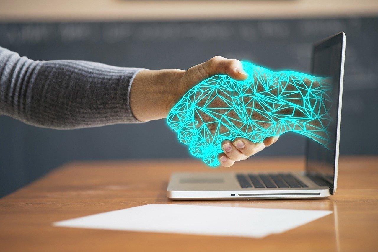 テクノロジーと握手する手