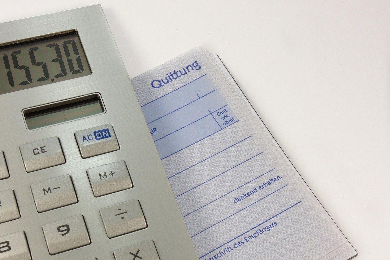 計算機と請求書