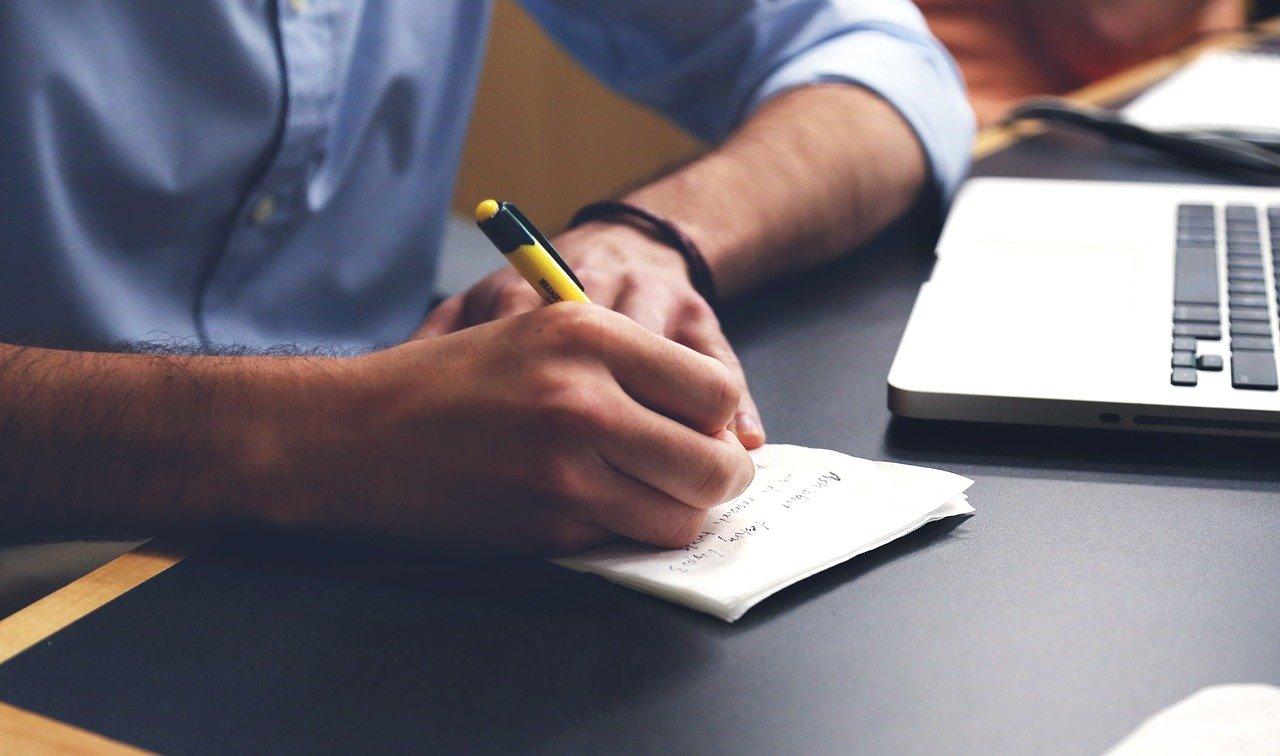 メモを書くビジネスマン