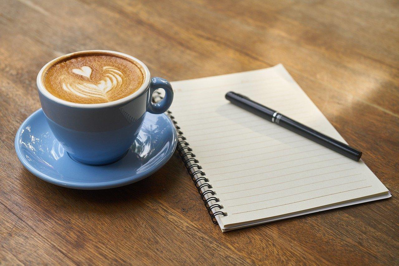 開いたノートとコーヒー