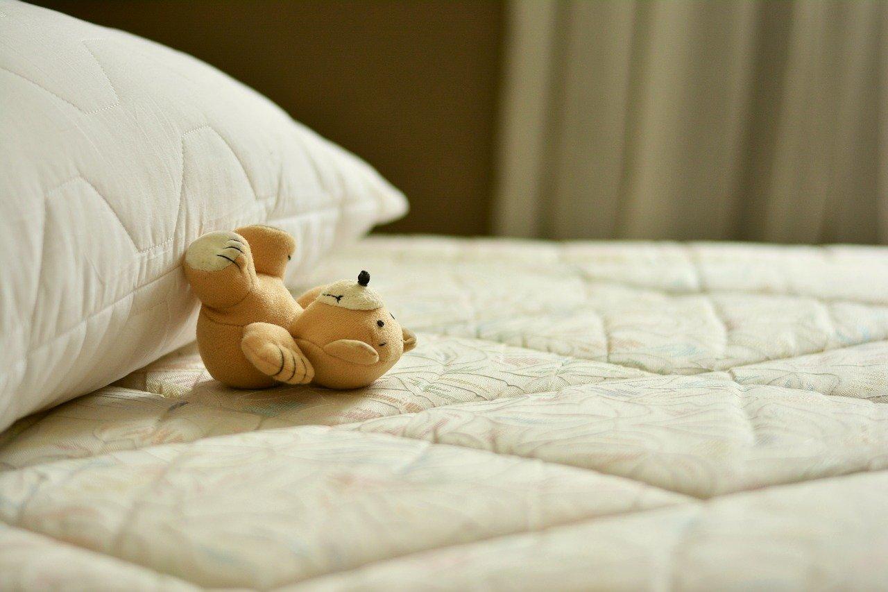 ベッドと熊のぬいぐるみ
