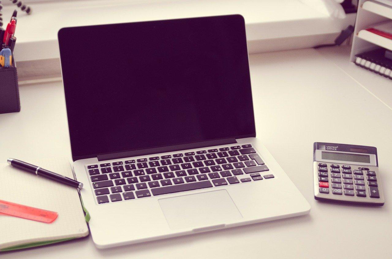 ノートPCと電卓