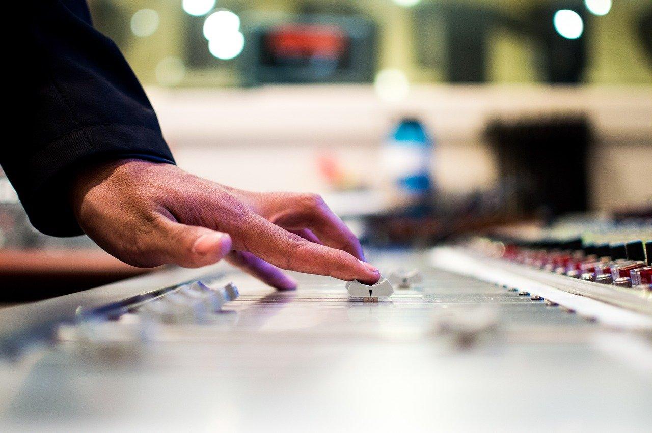 音楽の調整をしている手