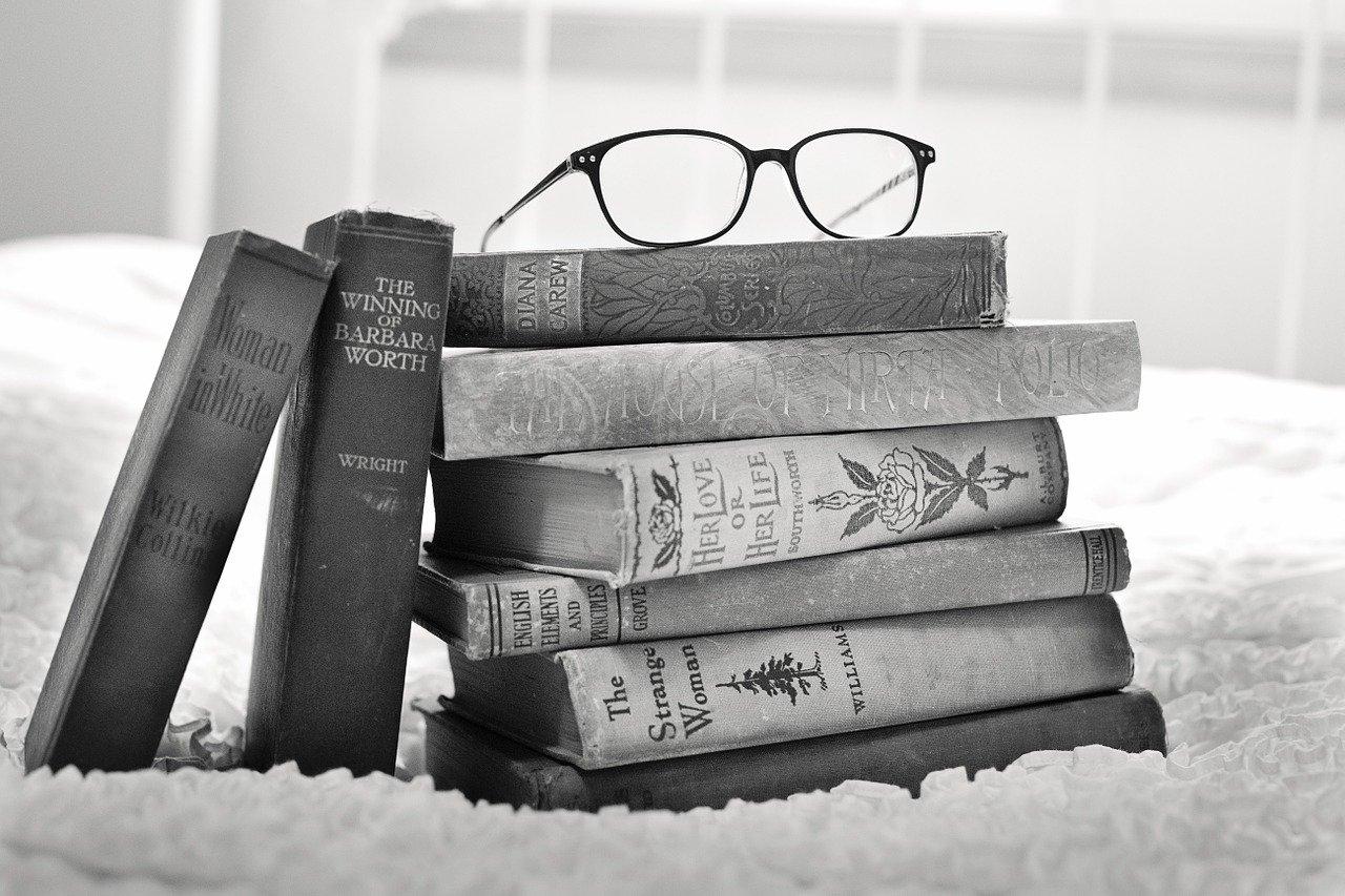 本の山とメガネ