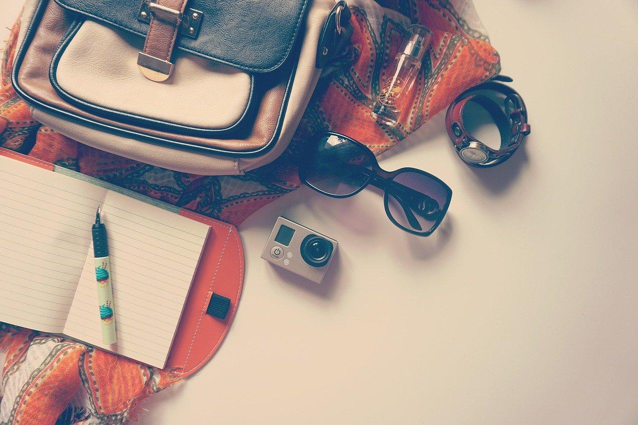 手帳とサングラス