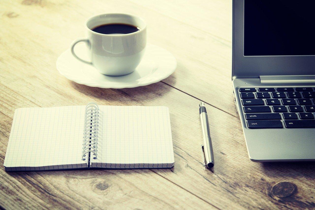 並んだ手帳とペンとノートPC