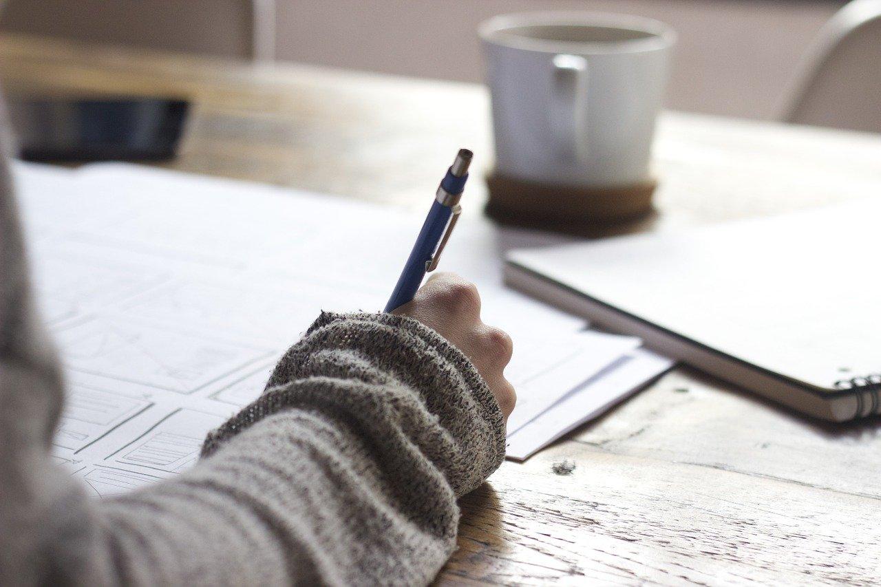 何かを書いている人の手