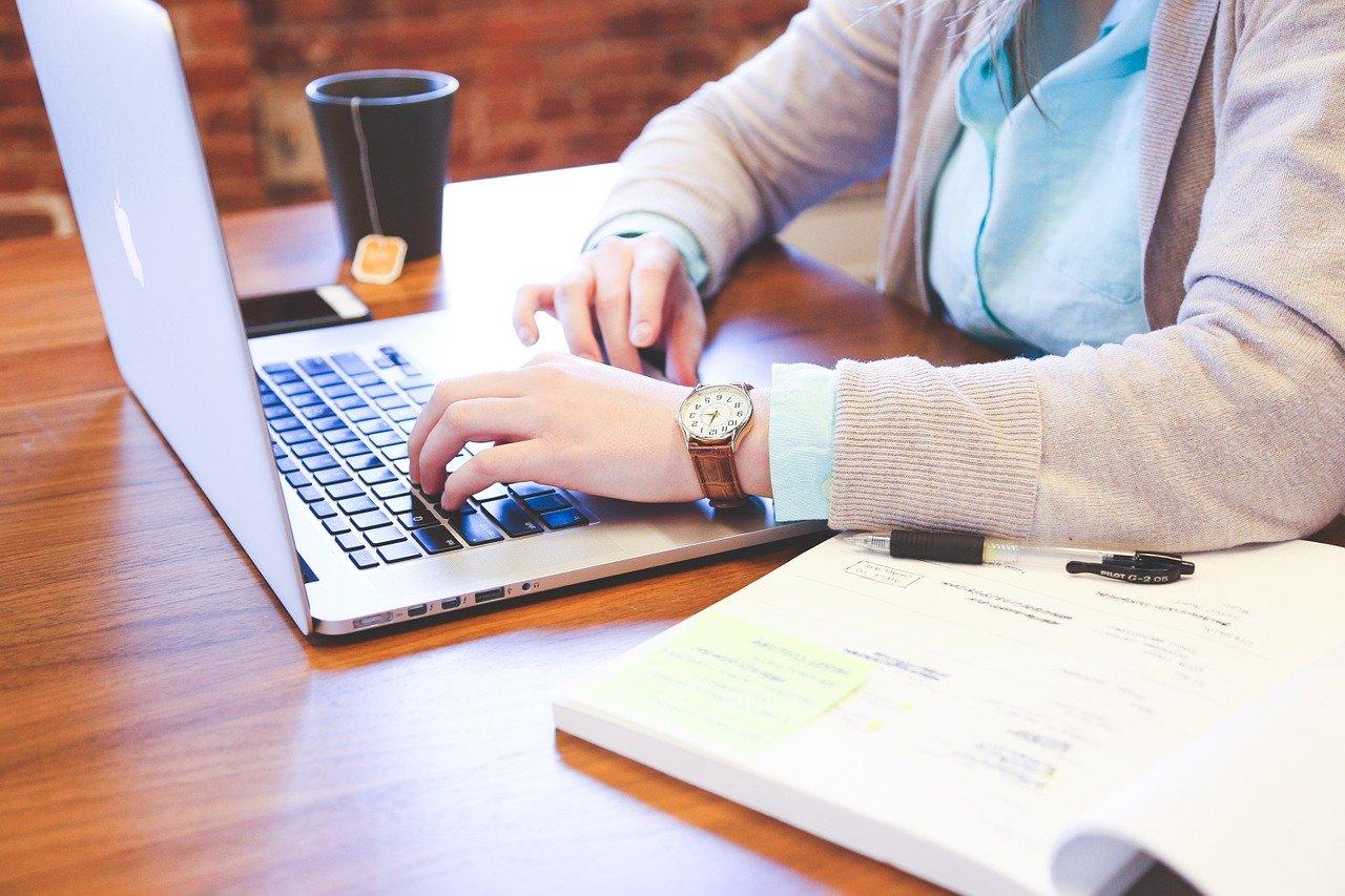 コンピューターで作業する女性