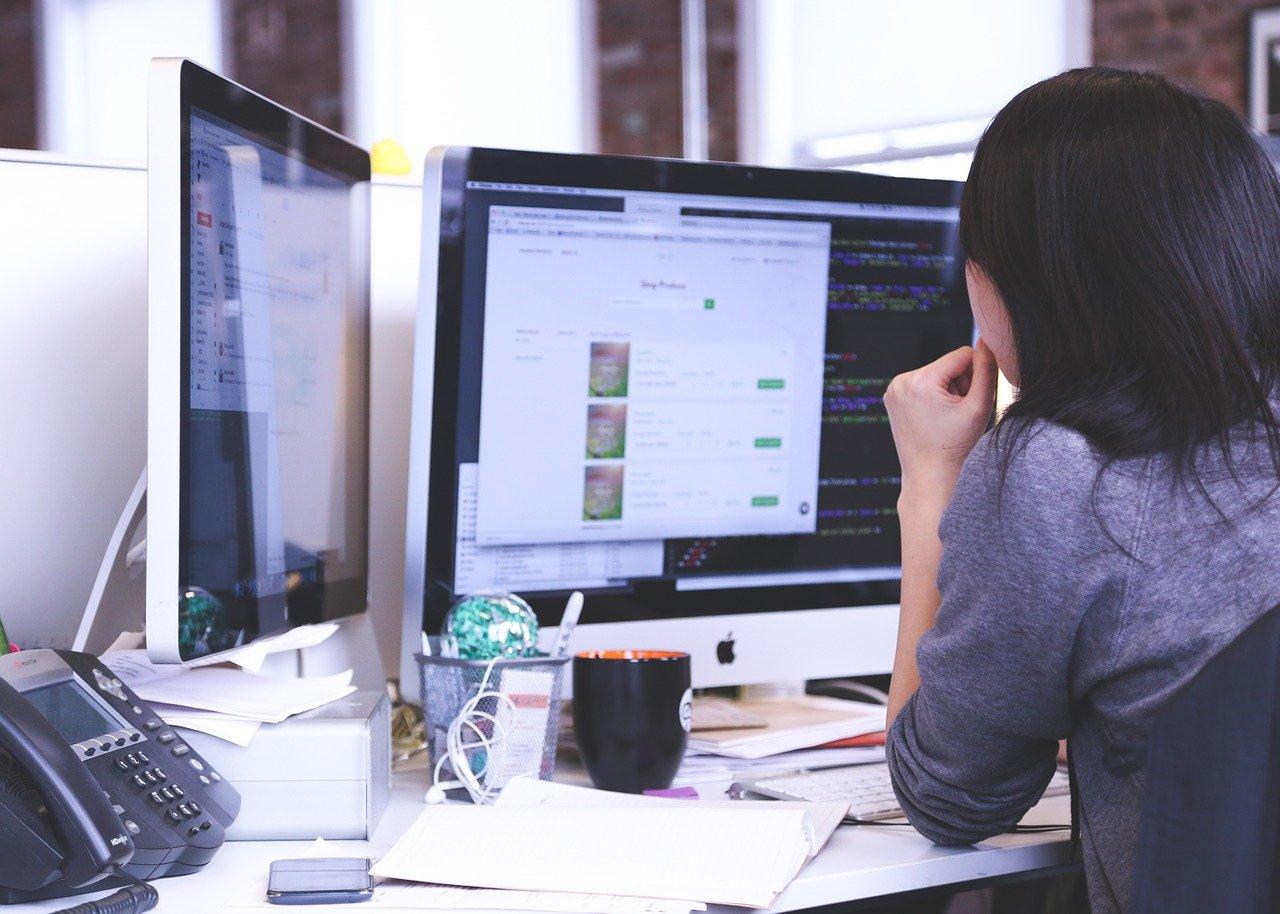 パソコンに向かって仕事をする人