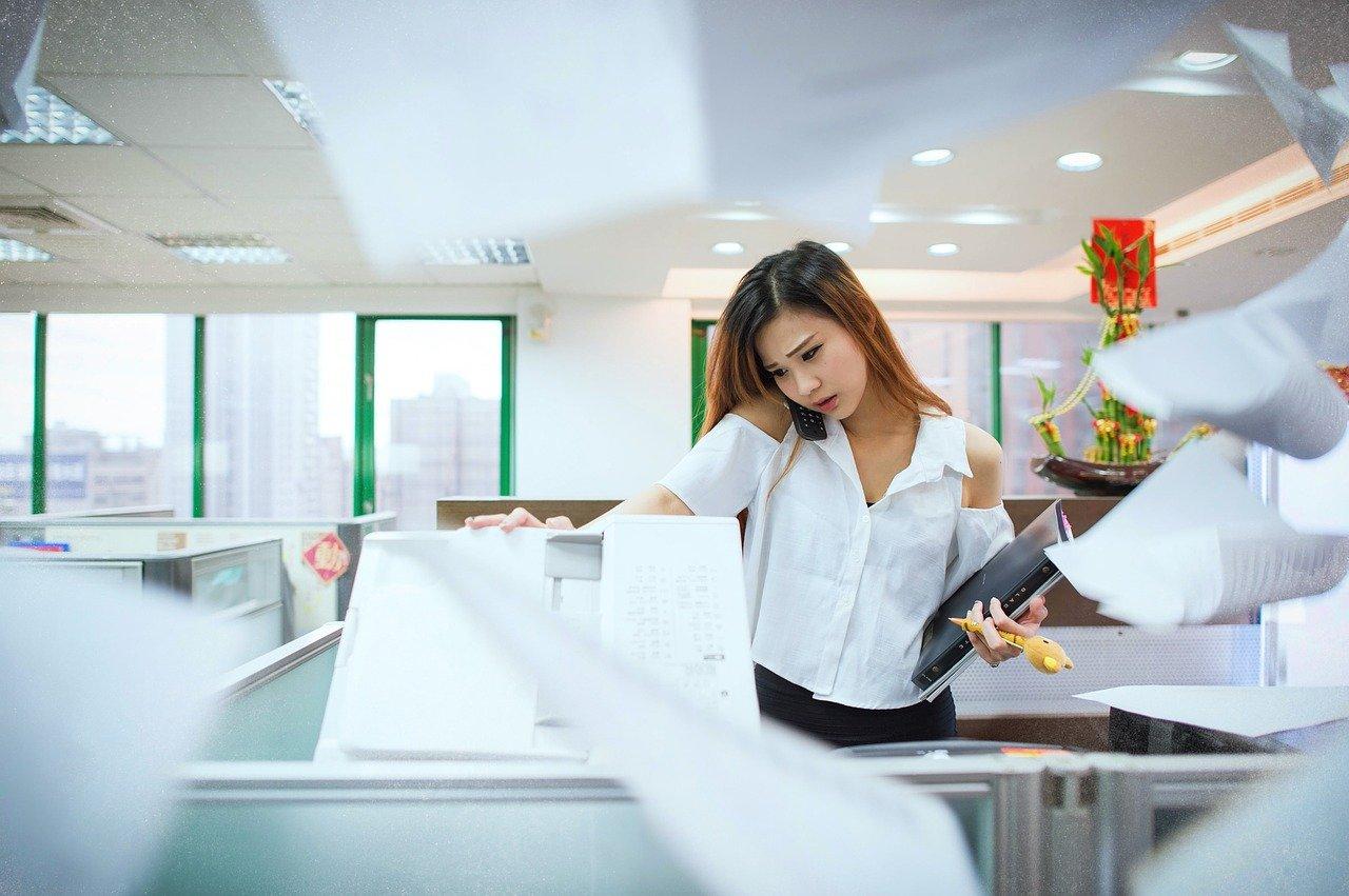コピー機と女性
