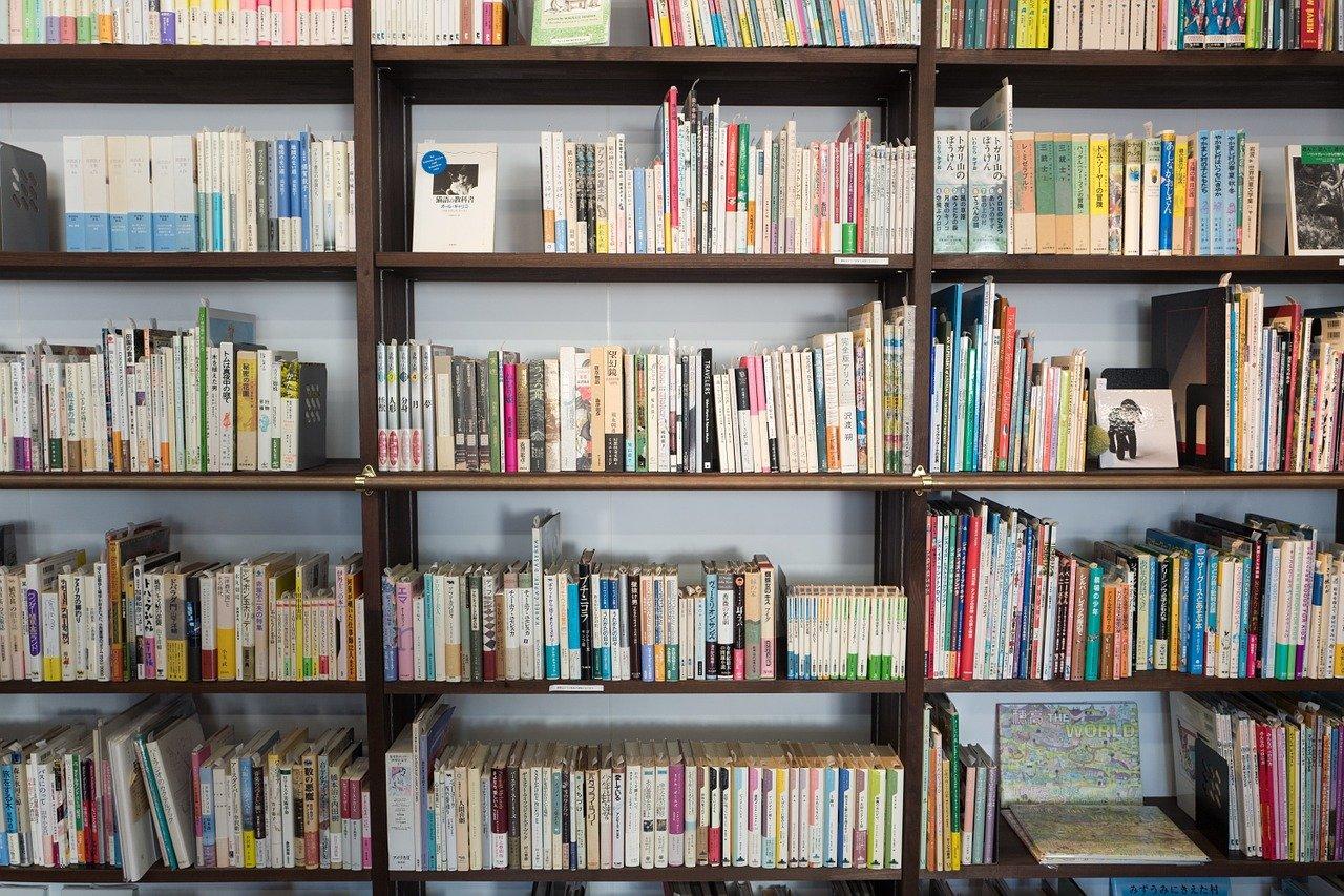 本棚の並べられた数々の参考書