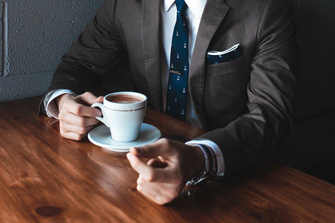 カフェで転職者の相談にのるスーツ姿の転職エージェント