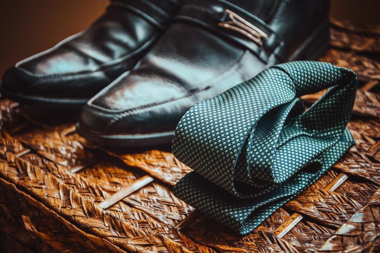 グリーンのネクタイと黒い革靴
