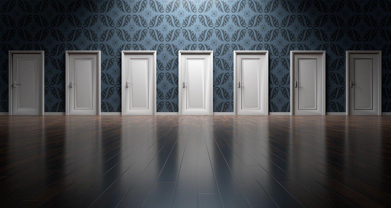 目の前に広がる、いくつもの白いドア