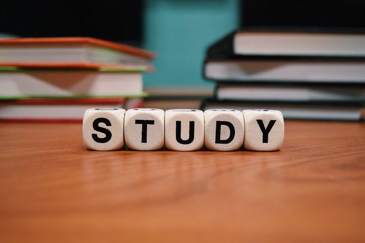 STUDYの文字が書かれた5つのサイコロ