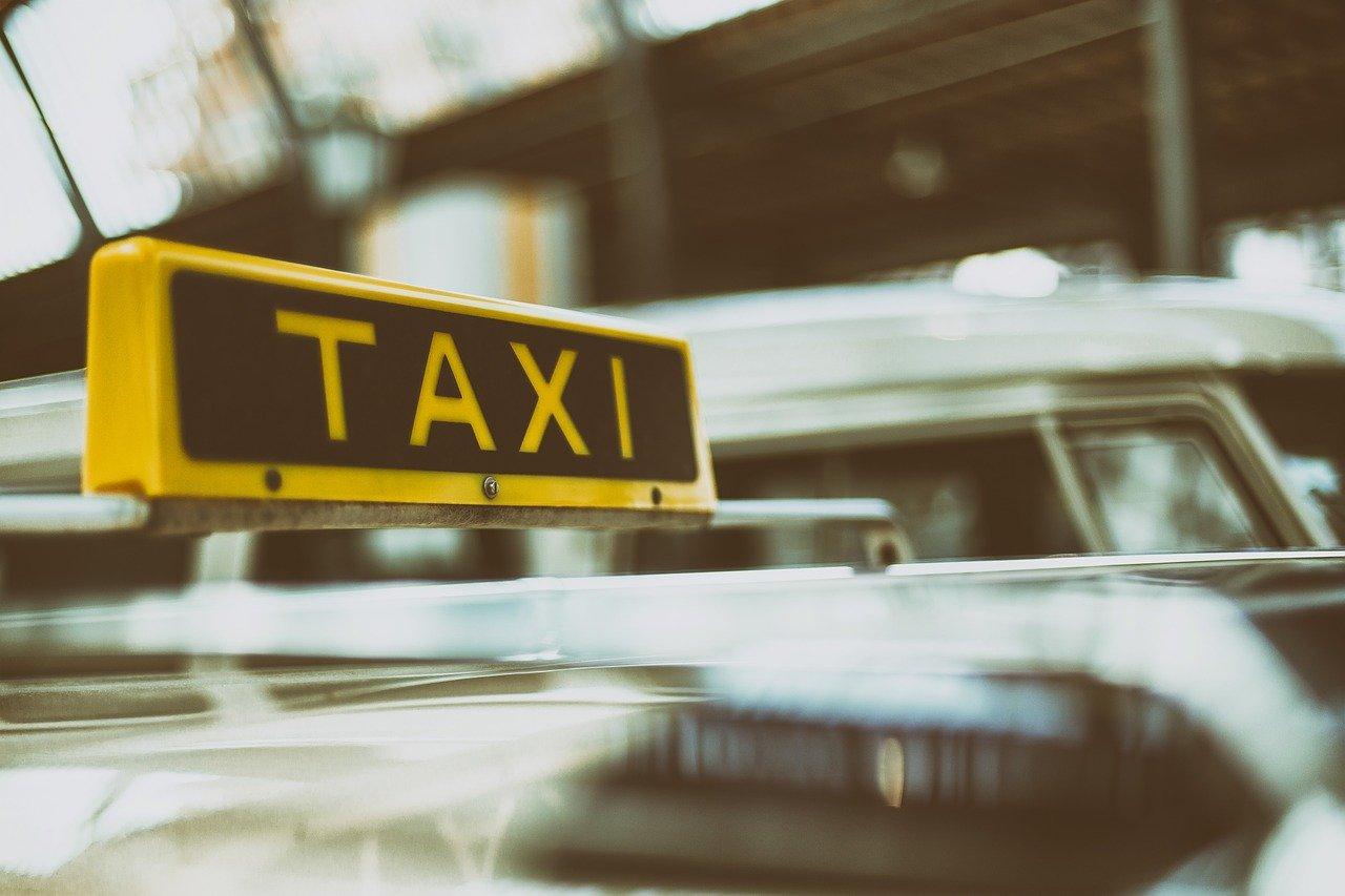 TAXIと書かれたタクシー車の行灯