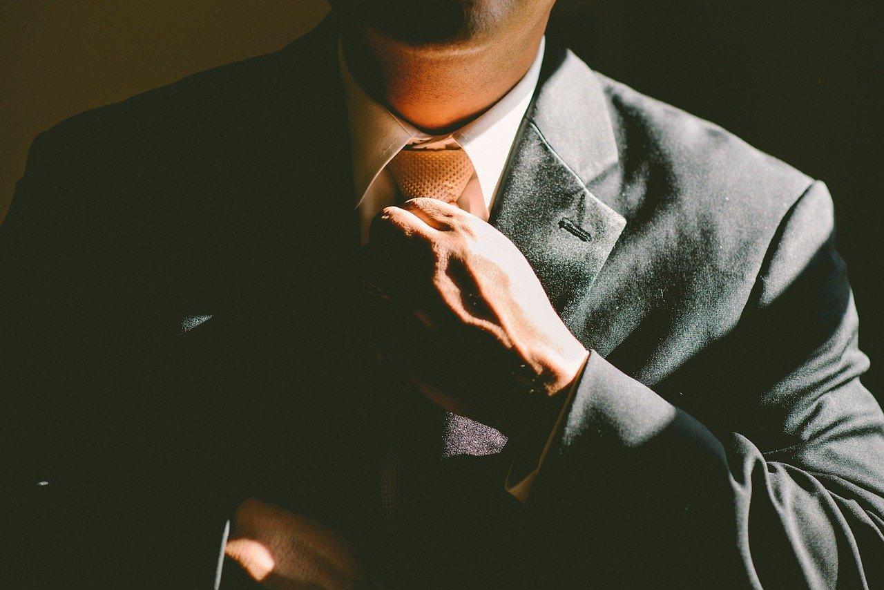 ネクタイをしめる手