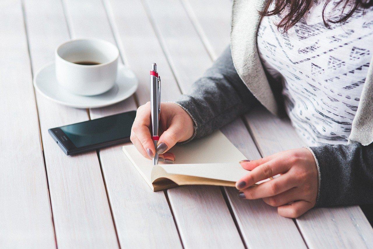 メモを書く女性
