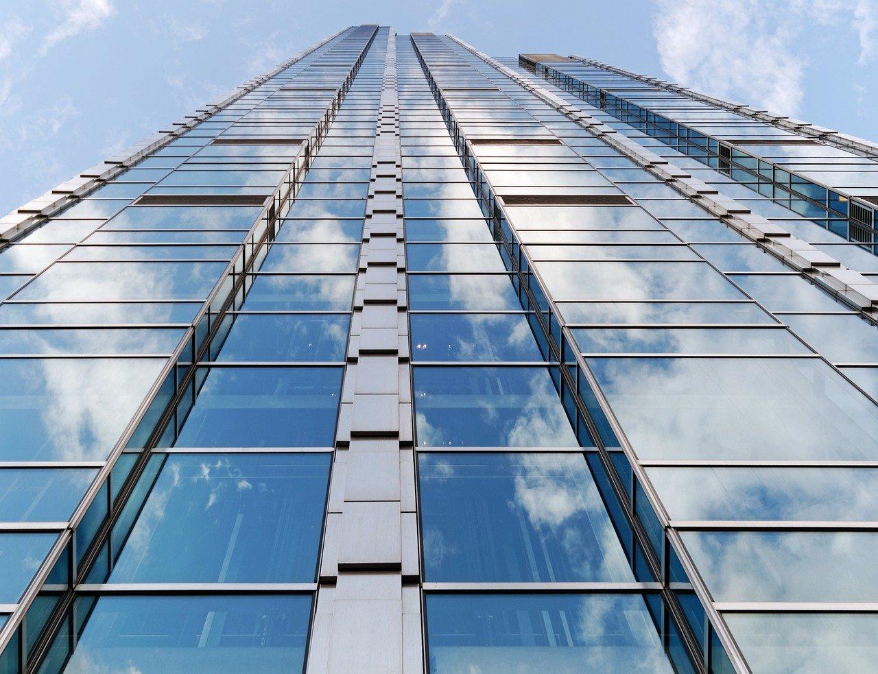 ガラス張りの高層ビル