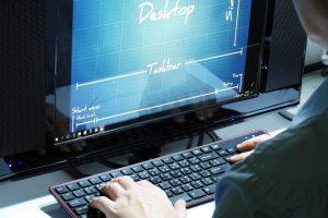 デスクトップPCで作業する人
