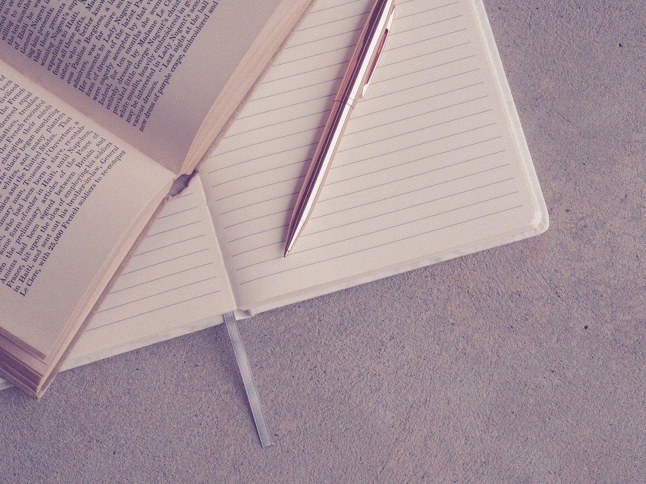 重なったノートと本